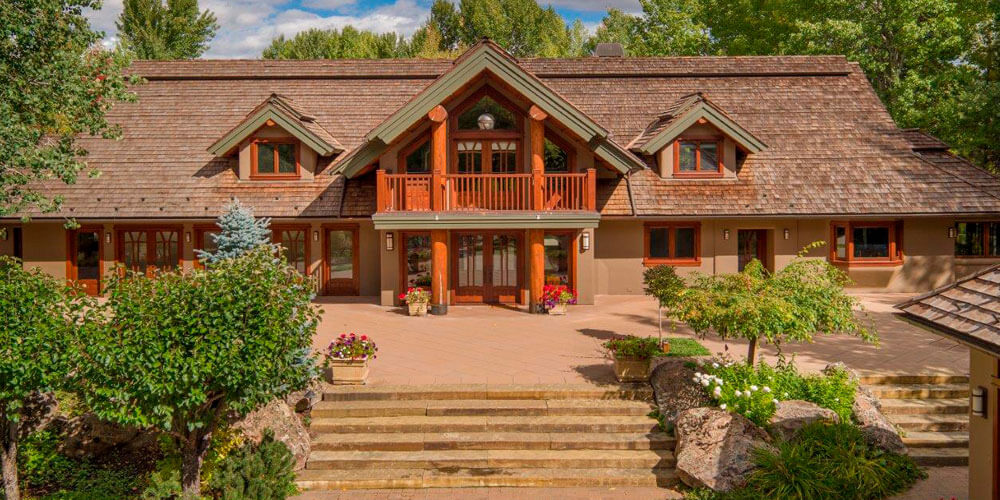 Super star Bruce Willis has parted with his stunning ski home.